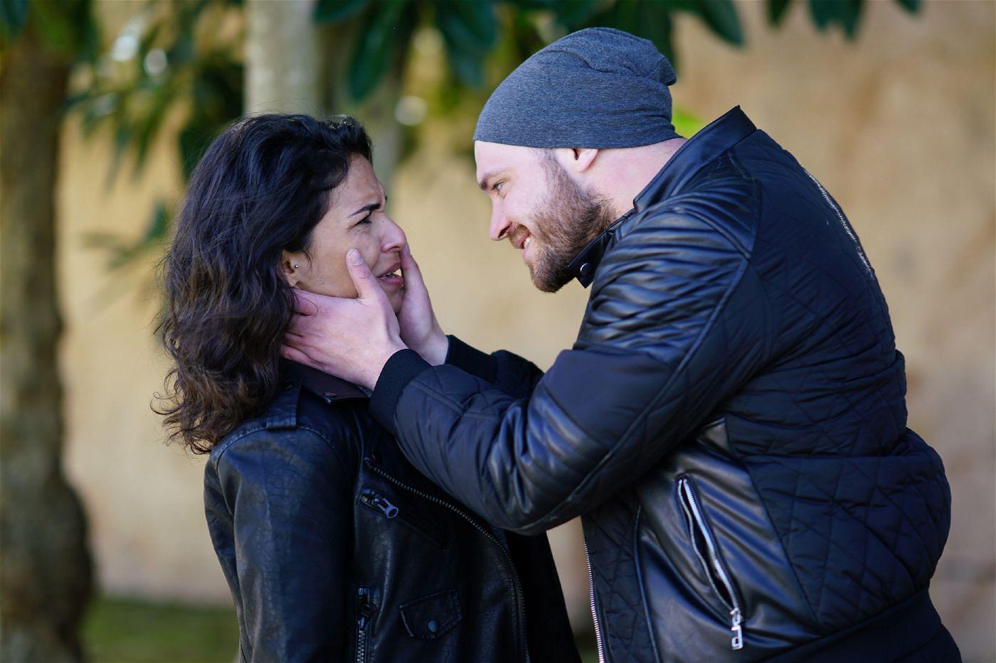 Erik Fritsche (Patrick Heinrich) ist heimlich nach Mallorca gereist, um seine Frau Shirin (Gamze Senol) zu verfolgen.