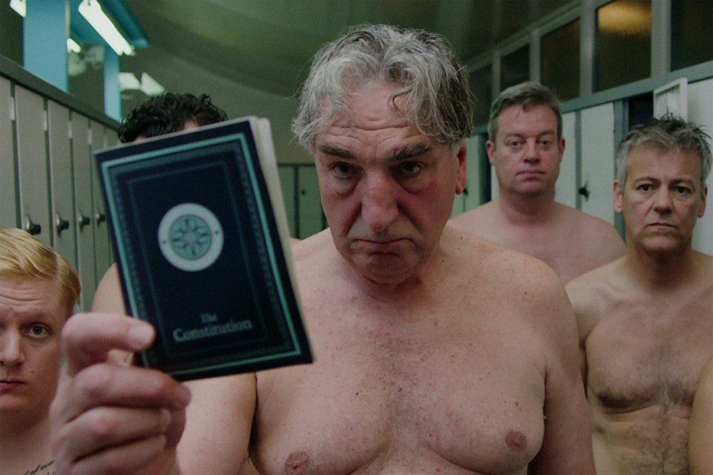 Auch er ist Teil der schwimmenden Männer, die sich immer besser im Wasser machen: Ted (Jim Carter).