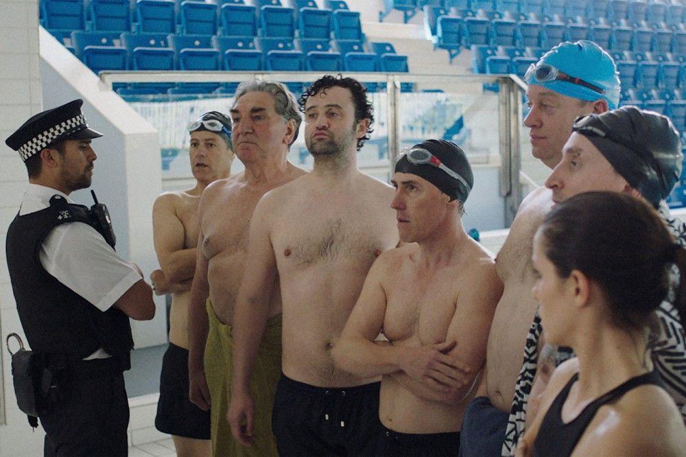 Nicht jeder ist von der Idee der männlichen Synchronschwimmer begeistert, und so werden Eric (Rob Brydon, vierter von rechts), Ted (dritter von links) und ihre Kumpels häufig kritisch betrachtet.