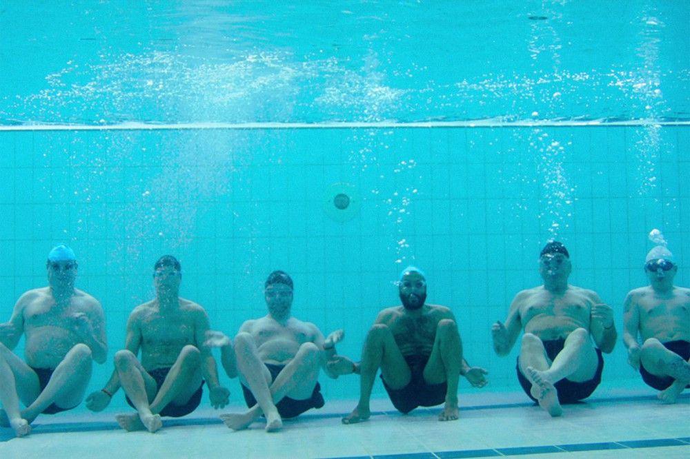 Luft anhalten! Abtauchen muss geübt werden, wenn man erfolgreicher Synchronschwimmer werden will.