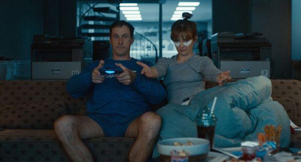 Alltag bei Laura (Laura Tonke) und Hans (Marc Hosemann): Chips und Videospiele auf dem heimischen Sofa.