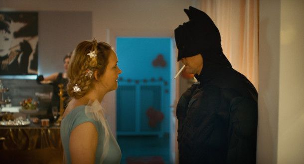 Vielleicht hilft ja verkleiden: Hans (Marc Hosemann) und Laura (Laura Tonke) wollen wieder mehr Leidenschaft ins Miteinander bringen.