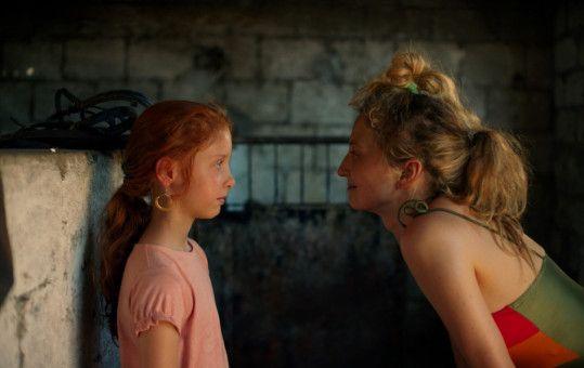 Die sinnliche Angelica (Alba Rohrwacher) schenkt ihrer Tochter Vittoria (Sara Casu) ein paar Ohrringe.