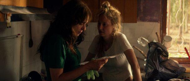 Angelica (Alba Rohwacher, rechts) erzählt Tina (Valeria Golino) von ihren horrenden Schulden: Fast 30.000 Euro fordert der Gerichtsvollzieher von ihr.