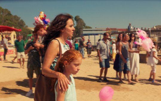 Tina (Valeria Golino) behütet ihre Adoptivtochter Vittoria (Sara Casu) zu sehr.