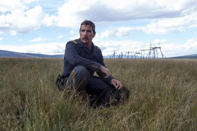 Joseph Blocker (Christian Bale) wurde vom Präsidenten beauftragt, den todkranken Cheyenne-Häuptling Yellow Hawk in dessen Heimat zu begleiten.