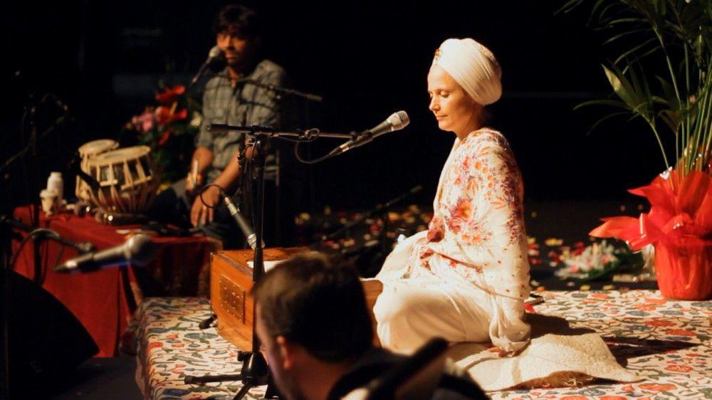 Die US-amerikanische Sängerin Snatam Kaur, die der Gemeinschaft der Sikh angehört lässt sich von den religiösen Gebetsgesängen ihrer Religion inspirieren.