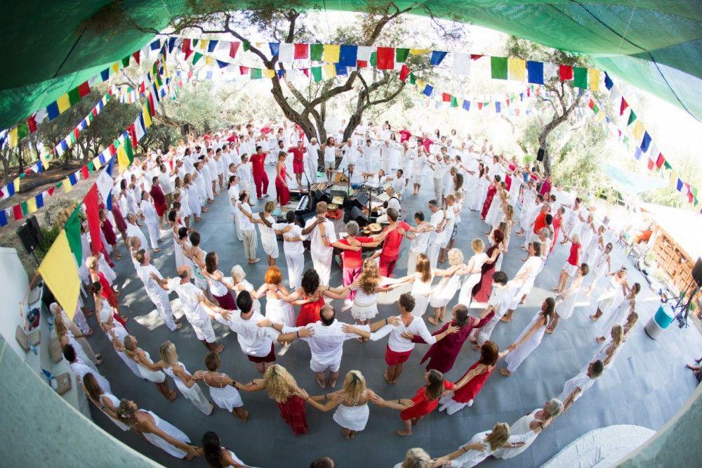 Beim gemeinsamen Chanten lösen sich Grenzen auf und Menschen finden wieder zu sich selbst.