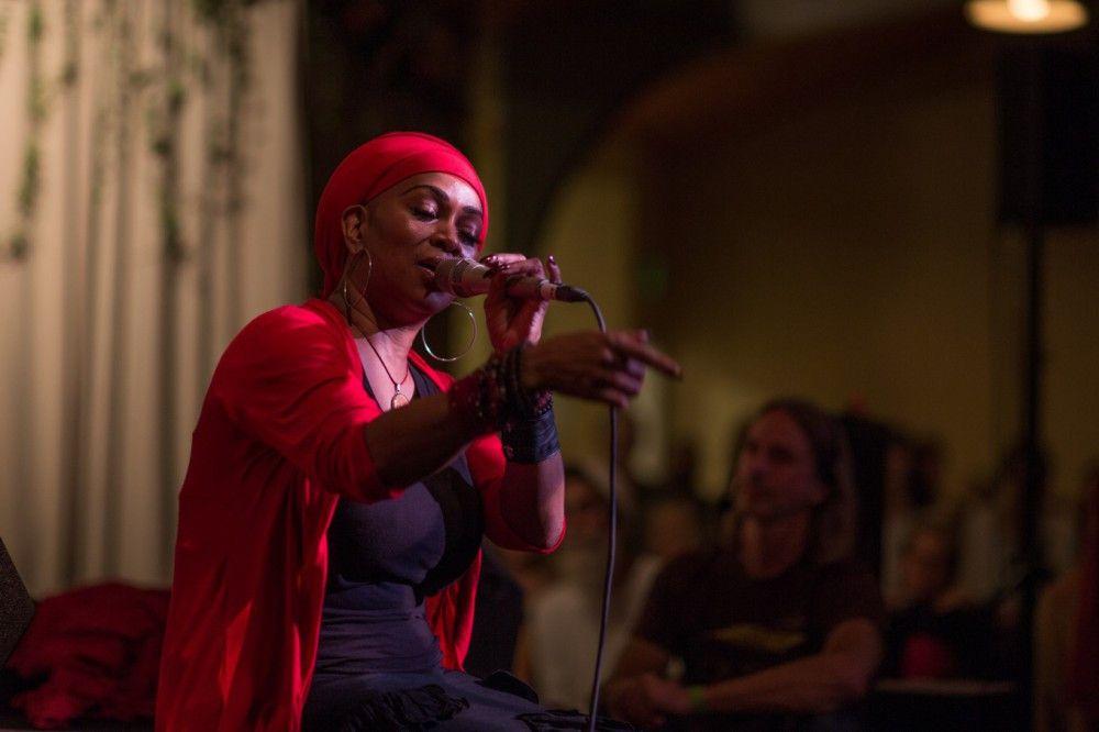 Die Kirtan-Sängerin C.C. White bei einem ihrer Auftritte.