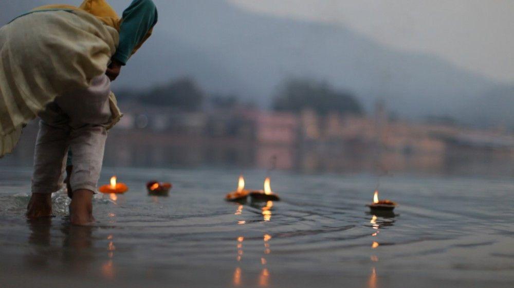 Ursprünglich kommt das Kirtan-Singen aus Indien, durch den Erfolg dieser uralten Tradition im Westen boomt auch das gemeinschaftliche Mantra-Singen in Indien wieder.