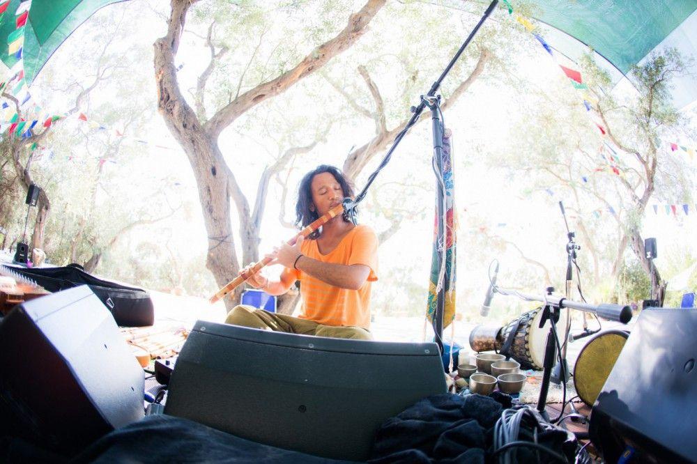 Manose gehört zur überaus erfolgreichen deutschen New-Age-Band von Deva Premal & Milten, die hinduistische Mantras in ihren Gesängen verwenden.