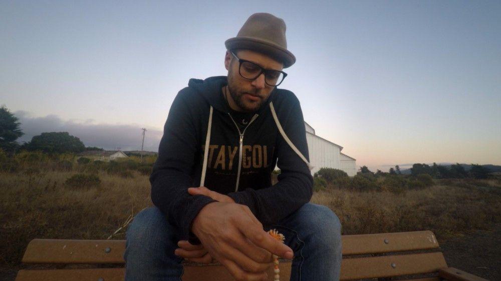 MC Yogi, der eine schwere Kindheit hatte und mittlerweile Hiphop mit Mantras verbindet, erzählt davon, wie positiv dies sein Leben verändert hat.