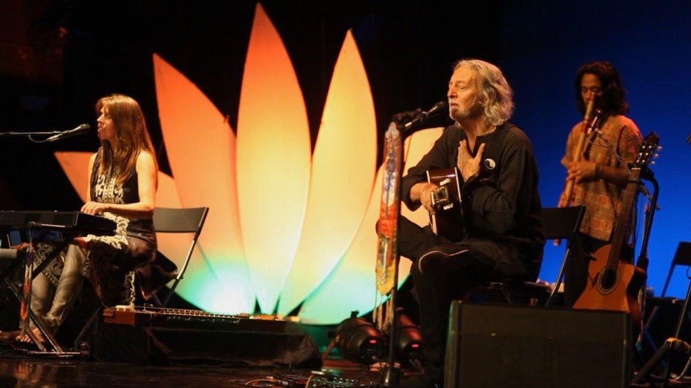 Deva Premal & Milten with Manose bei einem ihrer Auftritte vor Tausenden von Zuhörern und Mitsingern.