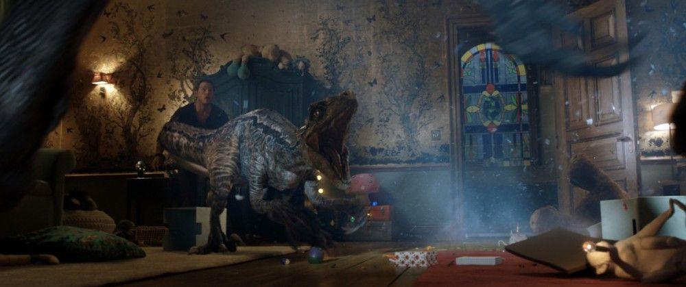 """Nanu, was macht denn ein Dino in einem Haus? Das erfahren die Zuschauer ab 6. Juni in """"Jurassic World: Das gefallene Königreich""""."""