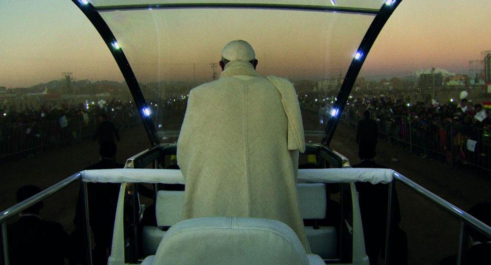 Wenders auf dem Papamobil? Nein, die meisten Reisebilder des Papstes stammen vom Vatikan selbst, der seinen Chef auf Schritt und Tritt mit der Kamera begleitet. Bei Auswahl und Schnitt der Szenen hatte der deutsche Regisseur jedoch völlig freie Hand.