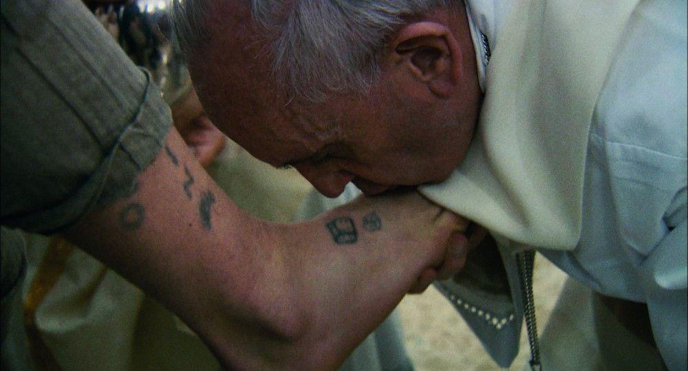 Papst Franziskus wäscht Strafgefangenen in einer Haftanstalt die Füße.