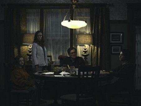 Die Familie Graham sitzt zusammen beim Abendessen (von links): Charlie (Milly Shapiro), Annie (Toni Collette), Steve (Gabriel Byrne) und Peter (Alex Wolff)