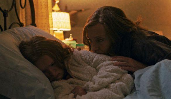 Mutter Annie (Toni Collette, rechts) versucht ihre Tochter Charlie (Milly Shapiro) aufzumuntern.
