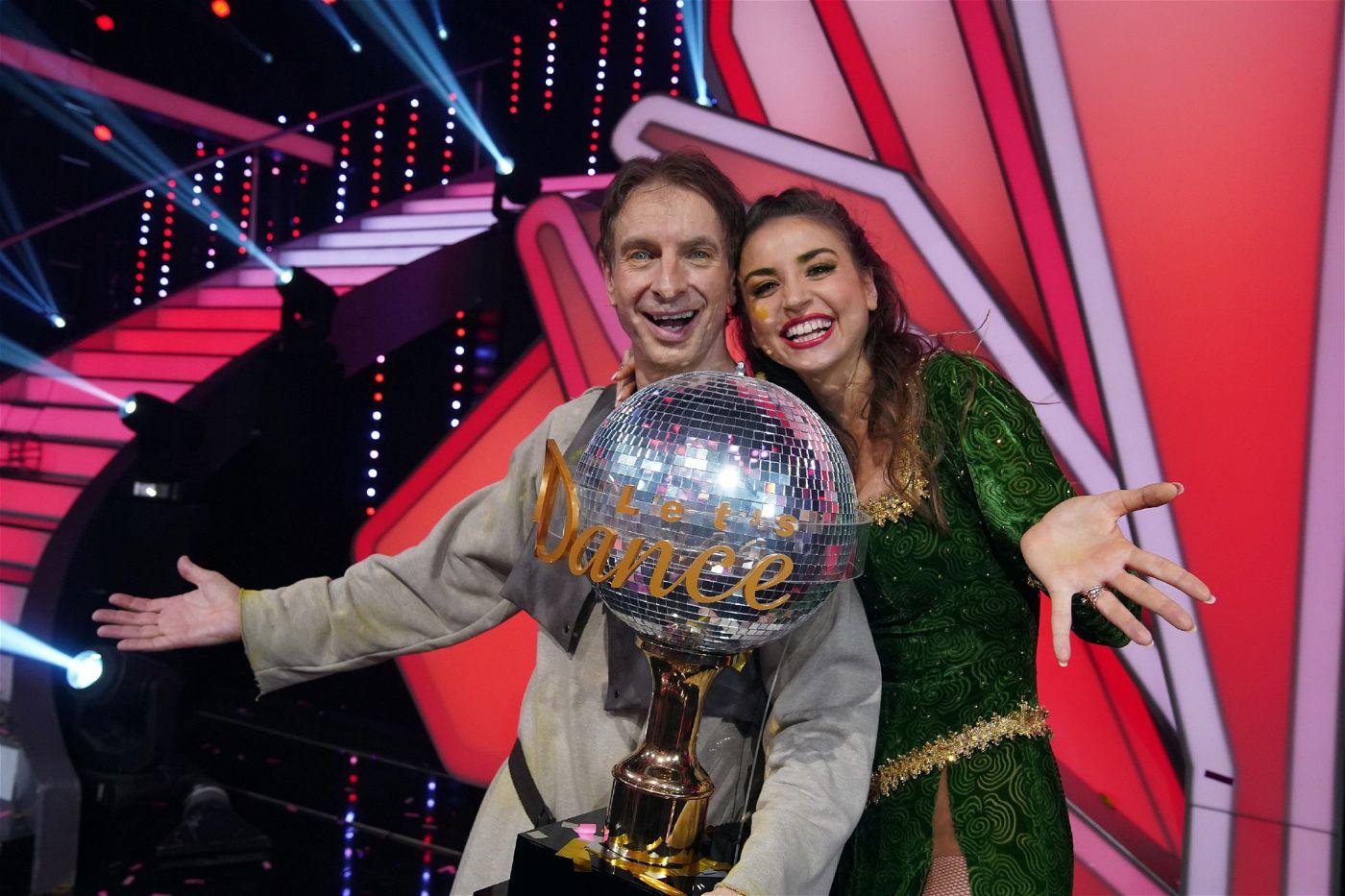 """Damit hatte zu Beginn der Staffel kaum jemand gerechnet, Ingolf Lück wurde """"Dancing Star 2018"""". Rechts seine Tanzpartnerin Ekaterina Leonova."""