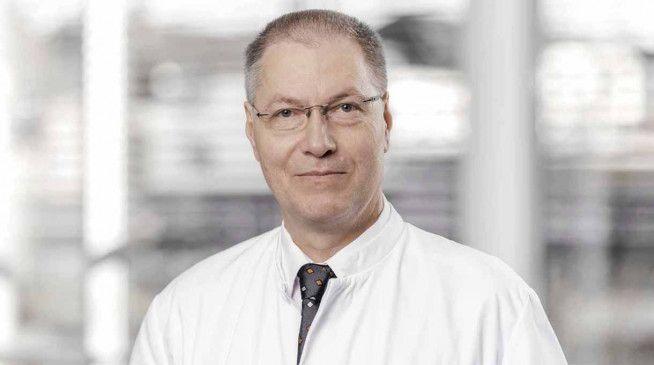 Dr. med. Florian Danckwerth ist Chefarzt der Klinik für Konservative Orthopädie und Manuelle Medizin am St.-Bernhard-Hospital Kamp-Lintfort.