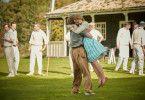 Die aus reichem Hause stammende Florence (Saoirse Ronan) besucht Edward (Billy Howle) auf dem Golfplatz, wo dieser jobbt.