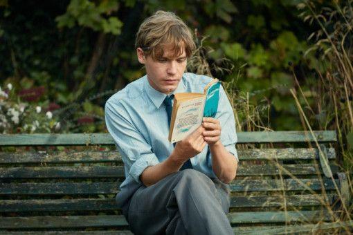 Edward (Billy Howles) liest in jeder freien Minute Bücher über Geschichte, möchte später selbst einmal eines schreiben.