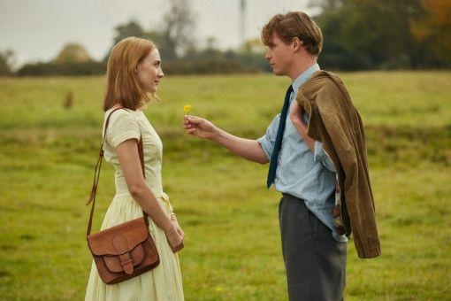 Das frisch verliebte Pärchen Florence (Saoirse Ronan) und Edward (Billy Howle) unternimmt gemeinsam viele Spaziergänge.