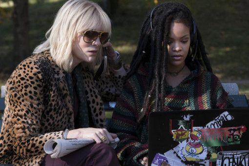 Lou (Cate Blanchett, links) und Nine Ball (Rihanna) nehmen das Kamerasystem unter die Lupe. Der Raub wird akribisch durchgeplant.
