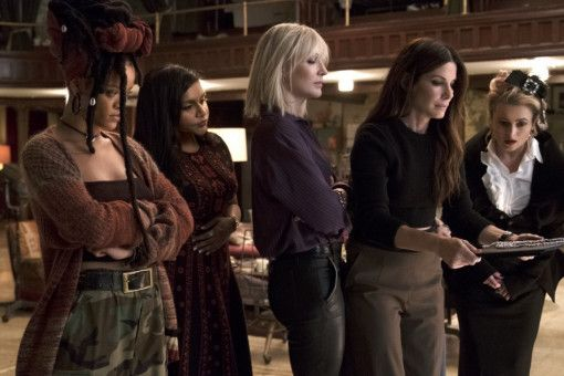 Echt oder falsch? Nine Ball (Rihanna), Amita (Mindy Kaling), Lou (Cate Blanchett), Debbie (Sandra Bullock) und Rose (Helena Bonham Carter, von links) bewundern die gefälschten Diamanten.
