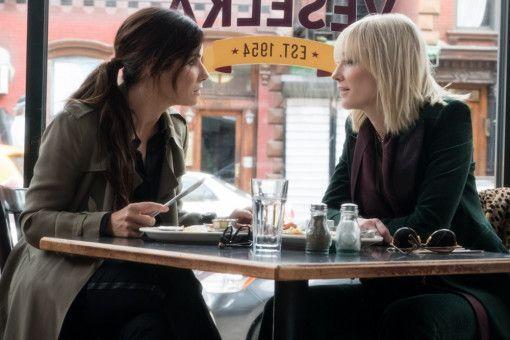 Fünf Jahre musste Debbie (Sandra Bullock, links) absitzen. Die Zeit hat sie genutzt, um sich nicht nur einen brillanten Plan für den Raub zu überlegen, sondern auch, wie sie es ihrem Ex-Freund heimzahlen kann. Dabei setzt sie nur noch auf weibliche Unterstützung, wie die von Lou (Cate Blanchett).