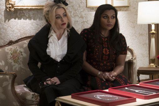 Designerin Rose (Helena Bonham Carter, links) und die Juwelierin Amita (Mindy Kaling) statten Cartier einen Besuch ab.