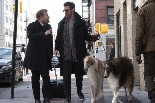 Ein paar Männer dürfen dann doch mitspielen: Claude Becker (Richard Armitage, rechts) ist der Hauptverdächtige. Zumindest wenn es nach John Frazier (James Corden) geht.