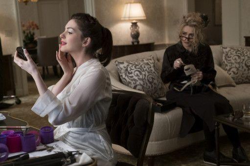 Daphne Kluger (Anne Hathaway, links) ist der Stargast der Met-Gala und sehr überzeugt von sich selbst. Mit dem Design von Rose (Helena Bonham Carter) ist sie anfangs aber nicht zufrieden.