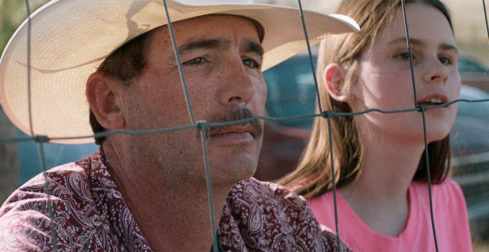 Bradys Vater (Tim Jandreau) und seine Schwester (Lily Jandreau) schauen besorgt zu, wie Brady trotz Verbots des Arztes wieder an einem Rodeo teilnehmen will.