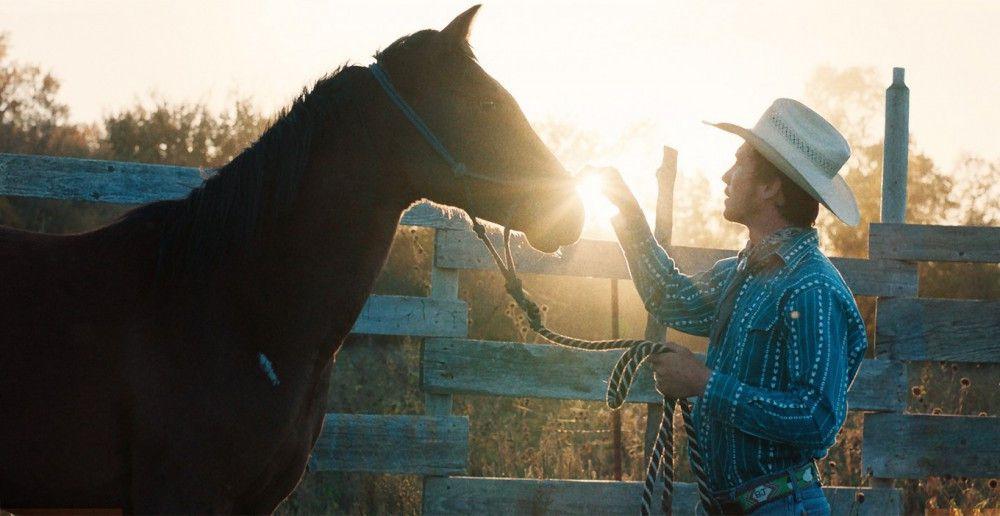 Brady (Brady Jandreau), der auch während der Dreharbeiten nachmittags seinem Job als Pferdetrainer nachging, hat ganz besondere Pferdeflüsterer-Qualitäten.
