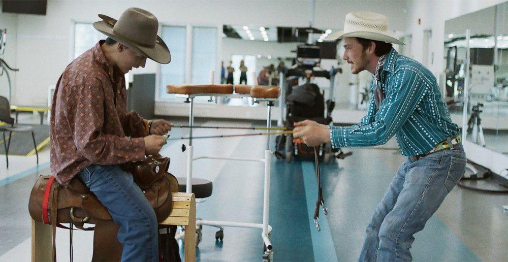 Brady (Brady Jandreau, rechts) übt mit seinem nach einem Unfall beim Bullen-Rodeo schwer behinderten Kumpel (Lane Scott) in der Rehaklinik das Reiten.