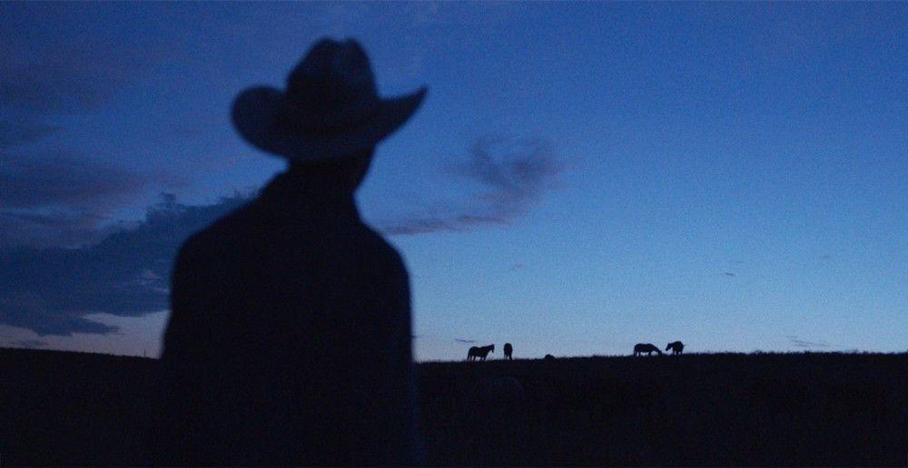 Der nach einem Unfall eigentlich reitunfähige Brady (Brady Jandreau) schleicht sich nachts auf die Weide, um noch einmal sein geliebtes Pferd Gus zu reiten, dass sein Vater verkaufen musste.