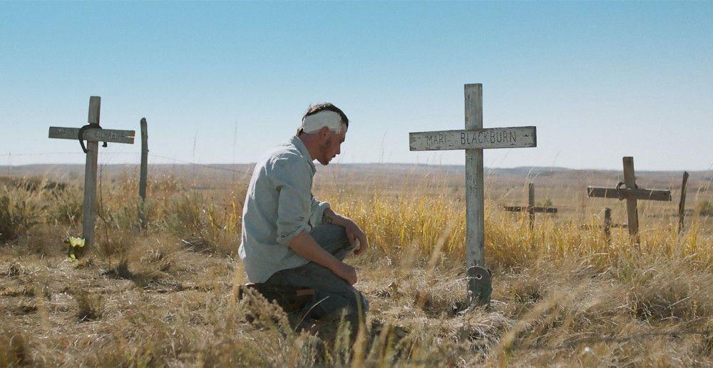 Brady (Brady Jandreau) besucht das Grab seiner Mutter.