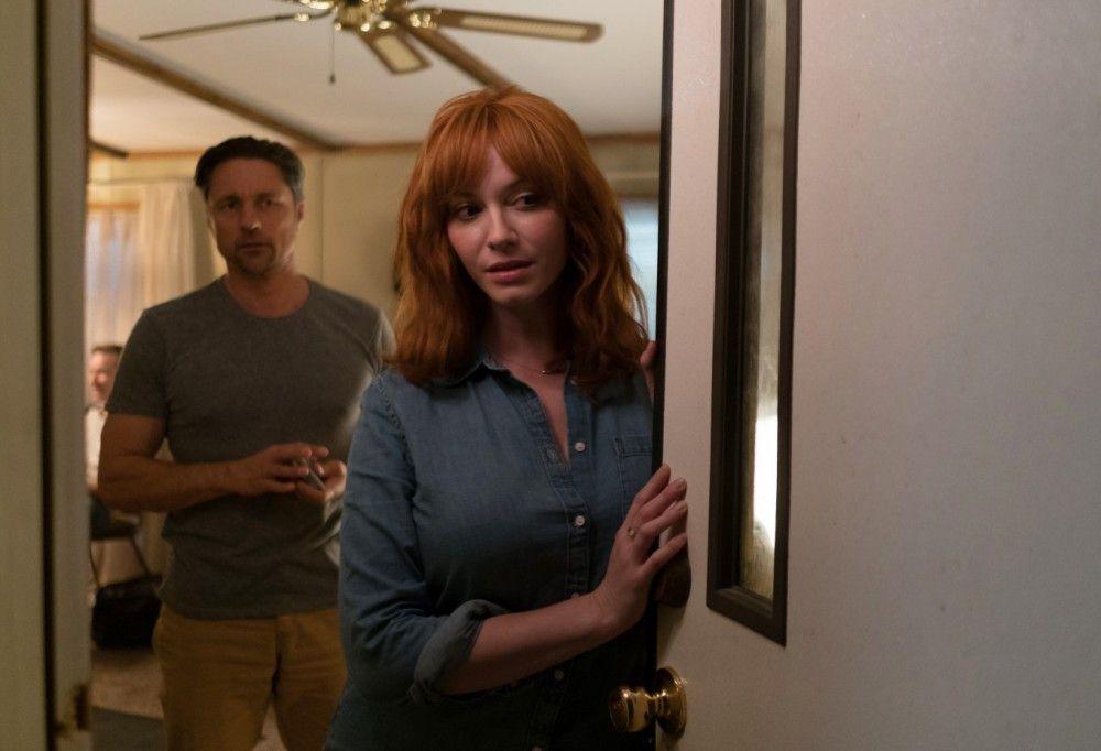Cindy (Christina Hendricks) und ihr Mann Mike (Martin Henderson) werden bald Opfer eines grausamen Katz-und-Maus-Spiels.