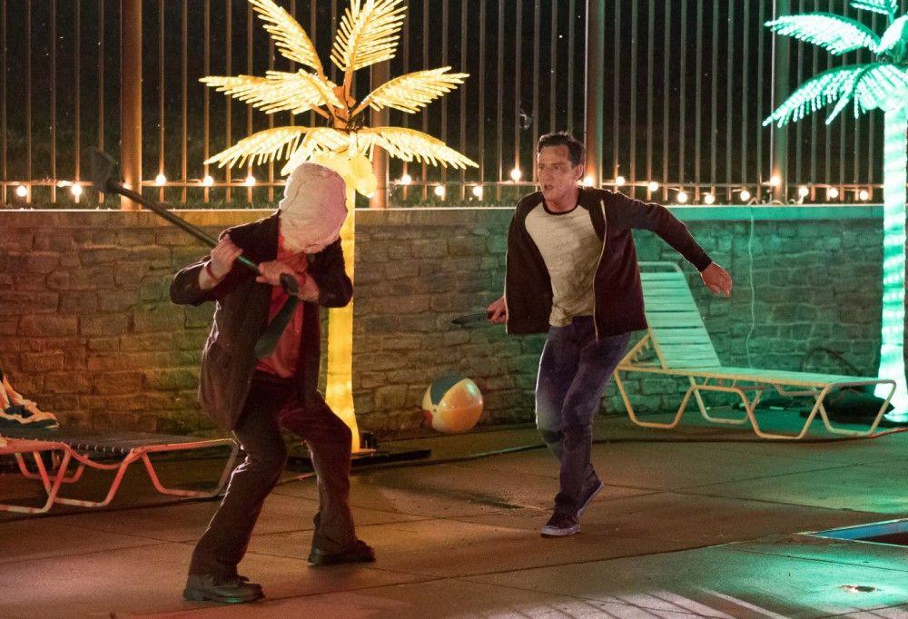 Kinseys Bruder Luke (Lewis Pullmann, rechts) wehrt sich so gut er kann gegen den Axtmörder.