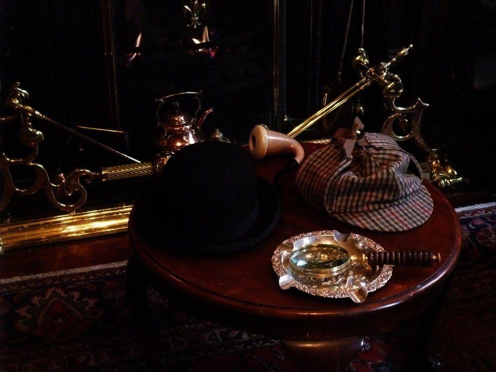Dass nahezu jeder Sherlock Holmes kennt und bestimmte Erkennungsmerkmale mit ihm verbindet, ist kein Zufall. Die Geschichten des berühmten Meisterdetektivs gehören zu den meist gelesenen, meist übersetzten und meist verfilmten der Welt.