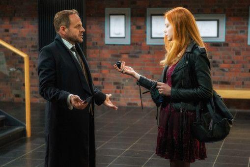 Der Teufel (Samuel Finzi) besucht seine Tochter (Emma Bading) auf Erden.