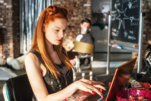 Lilith (Emma Bading) hat alles im Griff - auch ihren Privatlehrer.