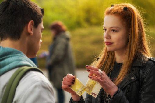 Lilith (Emma Bading) schert sich nicht um Anstand - und auch nicht um Geld.