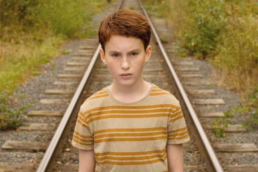 Marvin (Jules Porier) hat in seiner Kindheit in der Provinz keine Chance, zu sich selbst zu stehen.