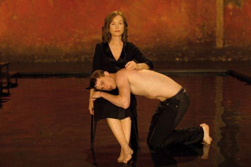 Marvin (Finnegan Oldfield) bringt mit Isabelle Huppert Auszüge aus seiner schmerzhaften Lebensgeschichte auf die Bühne.