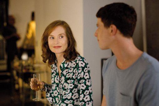 Auf einer Party von Roland lernt Marvin (Finnegan Oldfield) die Schauspielerin Isabelle Huppert kennen.