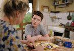 Mutter Odile (Catherine Mouchet) erzählt ihrem Sohn Marvin (Jules Porier), dass sie ihr erstes Kind versehentlich die Toilette heruntergespült hat.