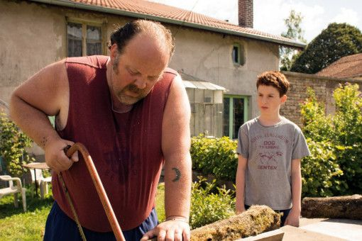 Vater Dany (Grégory Gadebois) erzählt Marvin (Jules Porier), dass alle Schwulen geisteskrank seien.