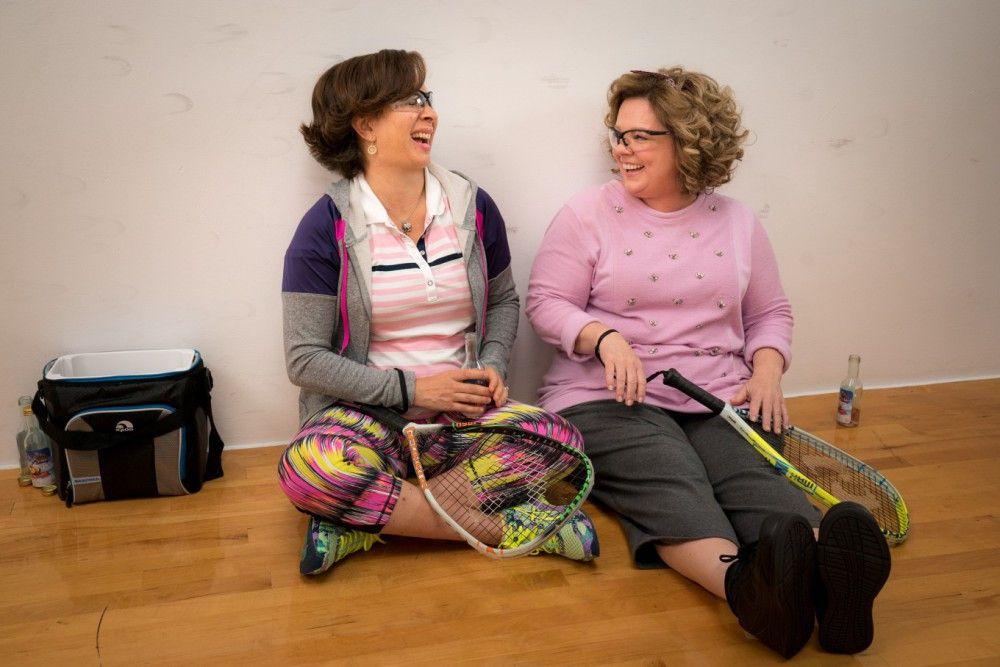 Während einer Squashpartie mit ihrer besten Freundin Christine (Maya Rudolph, links) kommt Deanna (Melissa McCarthy) die Idee, dass sie wieder studieren könnte.